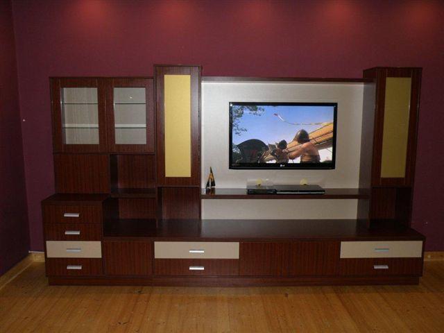 Nízká televizní stěna v tmavě hnědé barvě na míru