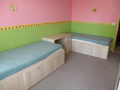nábytkové vybavení dětského pokoje včetně postelí s úložným prostorem