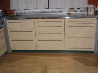 kuchyňská skříňka s madly v různé výšce