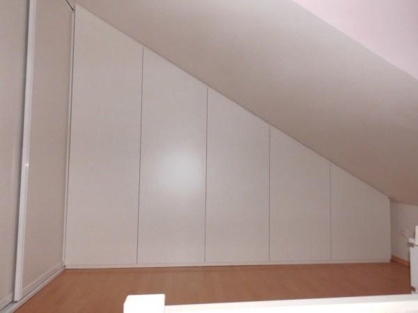 skříň v obývacím pokoji se šikminou